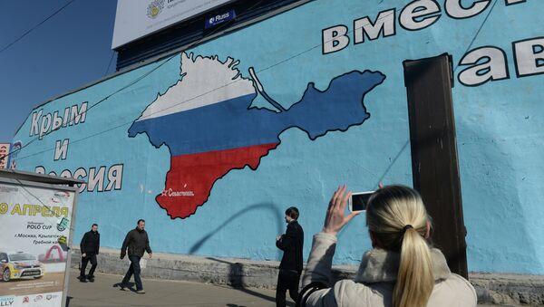 Graffiti  patriotici a Mosca riguardo l`unione di Crimea alla Russia - Sputnik Italia