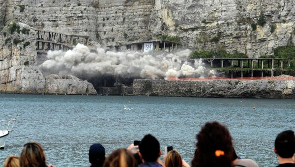 People watch as the cement structure of a 50-year-old illegally built hotel is blown up, on the Sorrento coast, southern Italy, Sunday, Nov. 30, 2014 - Sputnik Italia