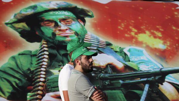 Membri del movimento Fratelli Musulmani di fronte ad una foto dei miliziani di Hamas - Sputnik Italia