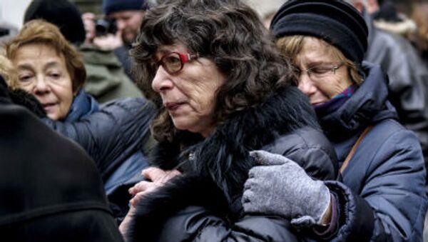 Скорбящие люди у стен синагоги в Копенгагене, где произошло нападение на членов еврейской общины - Sputnik Italia