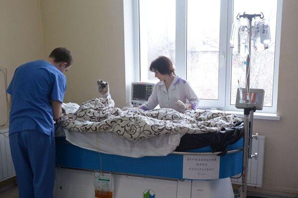 Il personale medico si prende cura di un paziente ferito dopo l'esplosione nella miniera di Zasyadko - Sputnik Italia