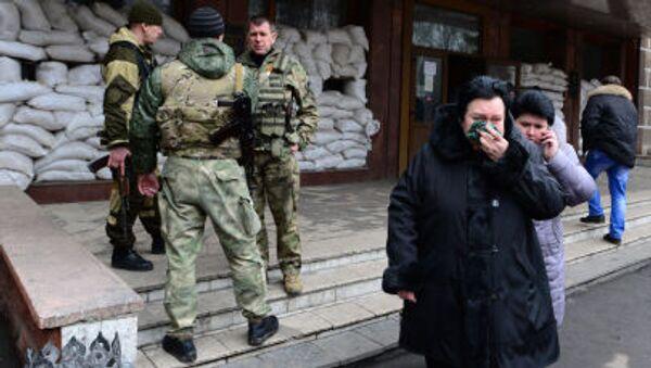 Родственники горняков у главного входа в шахту имени Засядько в Донецке - Sputnik Italia