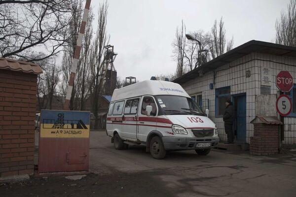 Un'autoambulanza esce dal territorio della miniera Zasyadko di Donetsk - Sputnik Italia