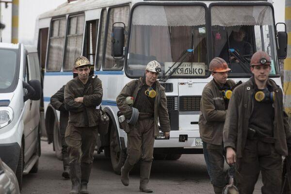 Minatori durante le operazioni di soccorsso nella miniera Zasyadko a Donetsk - Sputnik Italia