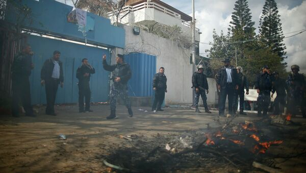 Palestinian policemen loyal to Hamas stand guard after Palestinians attacked the headquarters of the United Nations Special Coordinator during a protest against the decision by the main U.N. aid agency to suspend payments to tens of thousands of Palestinians for repairs to their homes damaged in last summer's war, in Gaza City January 28, 2015 - Sputnik Italia