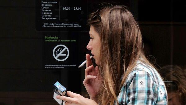 Un fumatrice - Sputnik Italia