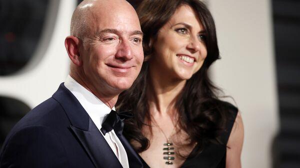 Jeff Bezos di Amazon e sua moglie MacKenzie Bezos. - Sputnik Italia