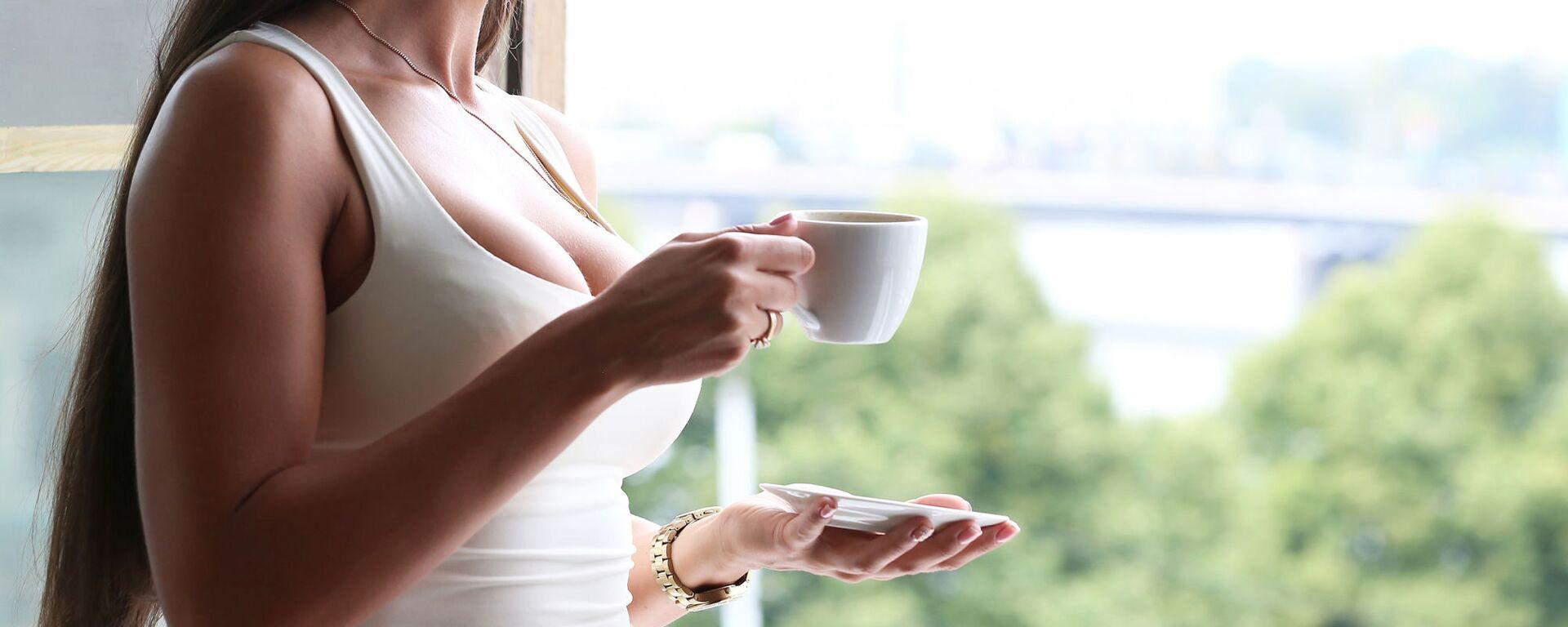 Девушка с чашкой кофе - Sputnik Italia, 1920, 09.07.2021