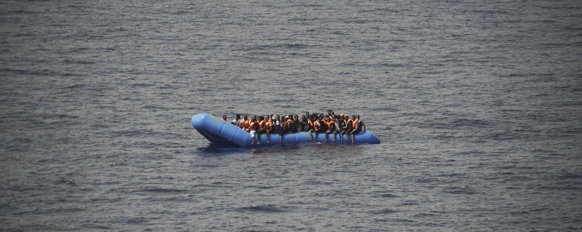 Migranti su una barca - Sputnik Italia, 1920, 16.08.2021