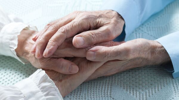 Anziani si tengono per mano - Sputnik Italia