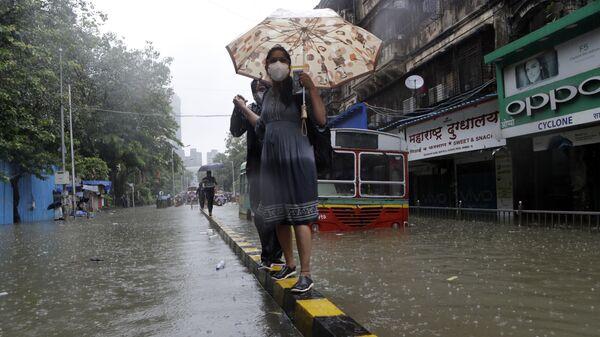 Затопленная улица во время проливных дождей в Мумбаи, Индия - Sputnik Italia