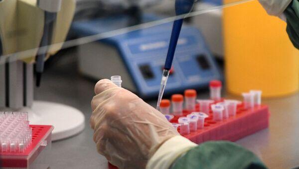Scientist in Laboratory Conducts COVID-19 Test - Sputnik Italia