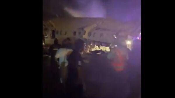 Fuoripista di un aereo dell'Air India che si spezza in due - Sputnik Italia