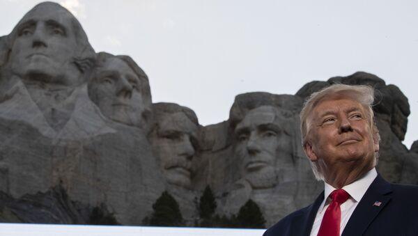 Il presidente Donald Trump sorride al Mount Rushmore National Memorial, venerdì 3 luglio 2020 - Sputnik Italia