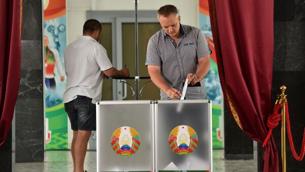 A man casts his ballot at a polling station during the presidential election in Minsk on August 9, 2020.  - Sputnik Italia
