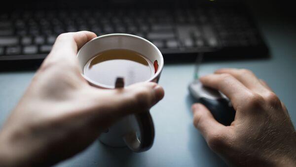 Мужчина с чашкой чая и ноутбуком - Sputnik Italia