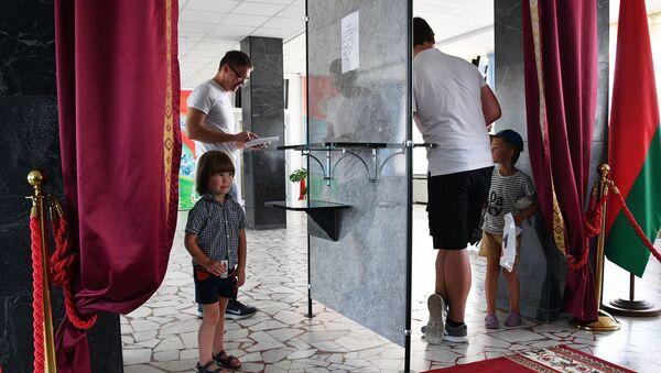 Degli uomini votano alle elezioni presidenziali di Bielorussia a Minsk - Sputnik Italia