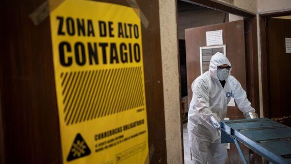 Un dipendente indossa indumenti protettivi mentre lavora al forno crematoio di Azcapotzalco a Città del Messico, 6 Agosto 2020, durante la pandemia da  COVID-19 - Sputnik Italia