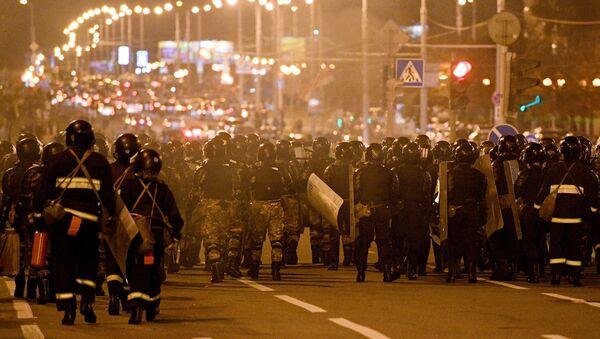 Le forze dell'ordine durante una protesta a Minsk - Sputnik Italia