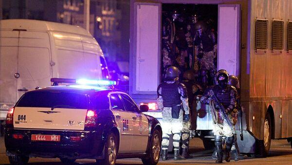 Le forze dell'ordine durante una protesta a Minsk. - Sputnik Italia