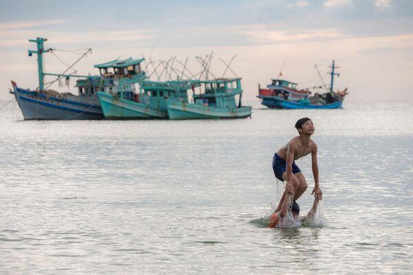 La gente fa un bagno sull'isola Phú Quốc in Vietnam. - Sputnik Italia