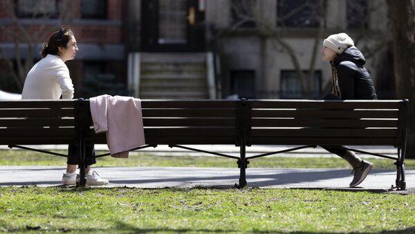 Соблюдающие социальную дистанцию девушки на скамейке в Бостоне - Sputnik Italia