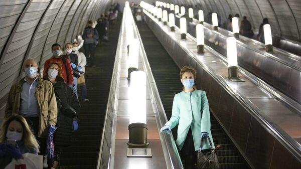 Люди в защитных масках и перчатках на эскалаторе московского метро - Sputnik Italia