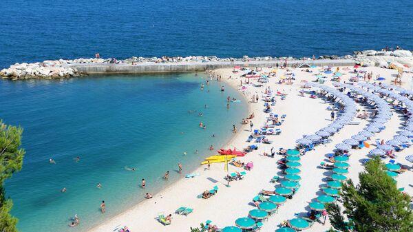 Una spiaggia piena di bagnanti - Sputnik Italia