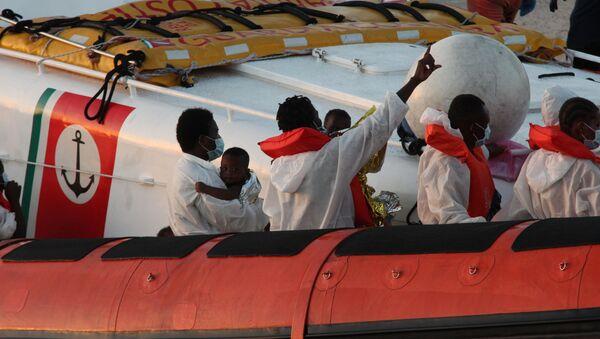 Migranti salvati dalla Louise Michel a Lampedusa - Sputnik Italia