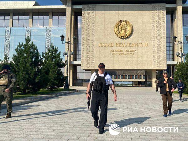 Bielorussia, ufficio stampa di Lukashenko ne condivide la foto con fucile d'assalto - Sputnik Italia