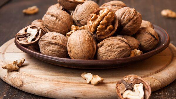 Грецкие орехи на деревянном столе - Sputnik Italia