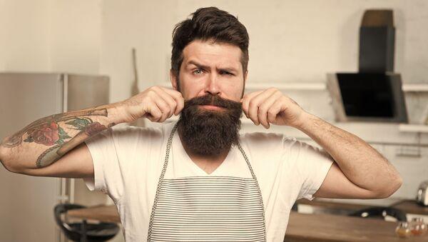 Бородатый мужчина на кухне - Sputnik Italia