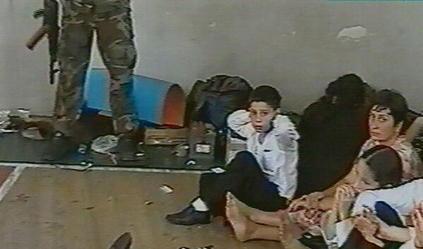 La mattina del 1 settembre 2004, quando era in corso la festa di inizio dell'anno scolastico, una trentina di terroristi prese d'assalto la scuola N.1 di Beslan. - Sputnik Italia