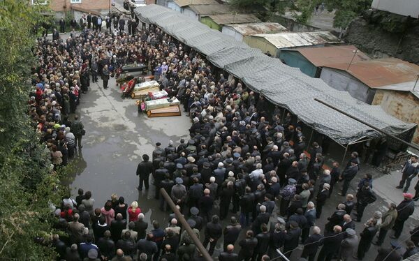 Il primo dei molti funerali fu celebrato il 4 settembre, il giorno successivo la fine della crisi, e molti altri la domenica successiva. Il lunedì seguente vennero sepolte oltre 120 persone. - Sputnik Italia