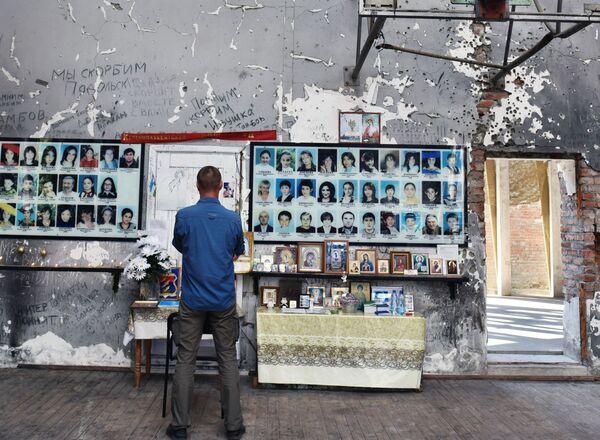 A Beslan si ricordano le vittime della tragedia consumata tra il 1° e il 3 settembre 2004, quando i terroristi presero in ostaggio una scuola locale - Sputnik Italia