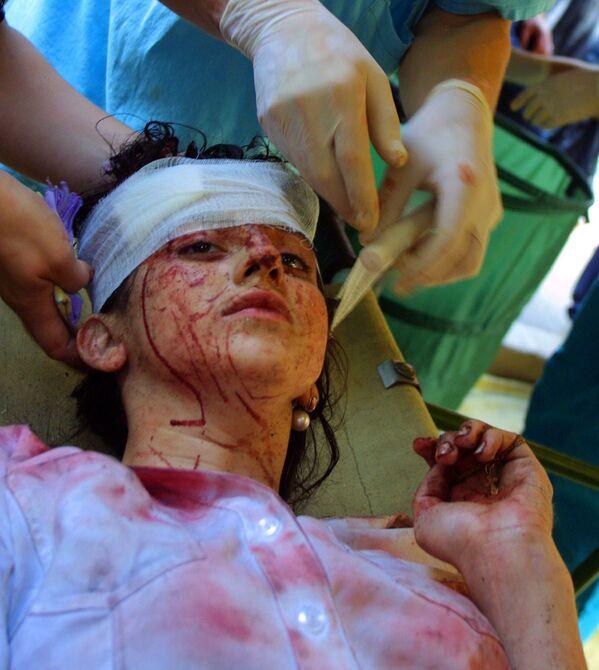 Una ragazza ferita durante l'assedio della scuola di Beslan - Sputnik Italia
