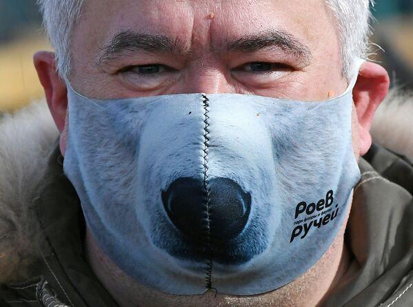 Direttore del Parco della flora e della fauna Roev Ruchey Andrey Gorban in una maschera protettiva creativa - Sputnik Italia