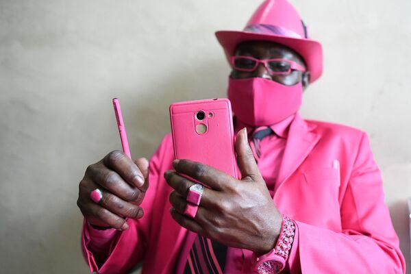 Il fashionista keniota James Mwangi Maina a Nairobi, il 25 agosto 2020 - Sputnik Italia