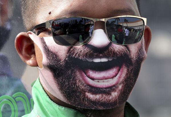 Uomo in una mascherina protettiva creativa a Tangerang, Indonesia - Sputnik Italia