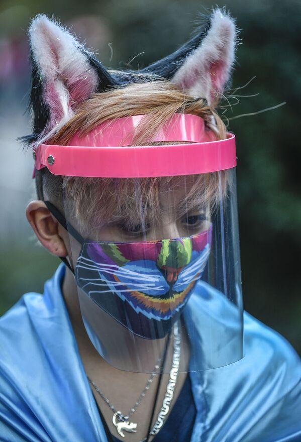 Un dimostrante che indossa una mascherina protettiva creativa durante una protesta a Bogotà, in Colombia - Sputnik Italia