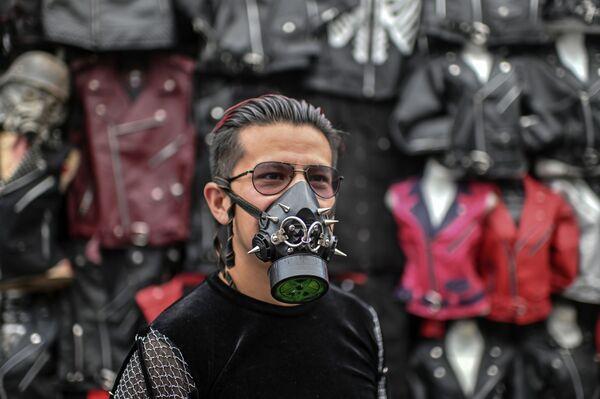 Un uomo che indossa una mascherina protettiva creativa con rivetti al mercato di El Chopo a Città del Messico - Sputnik Italia