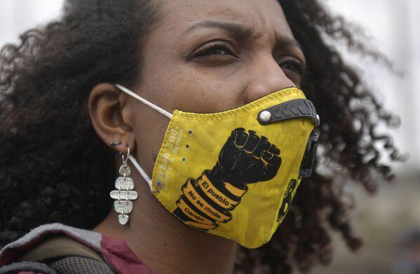 Una donna che indossa una mascherina sul viso con la scritta Mannaggia, la gente non si arrende! prende parte a una protesta contro i recenti massacri a Bogotà il 28 agosto 2020 - Sputnik Italia