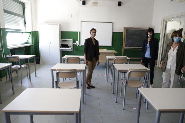 Virginia Raggi a scuola a Roma prima dell'inizio dell'anno scolastico - Sputnik Italia