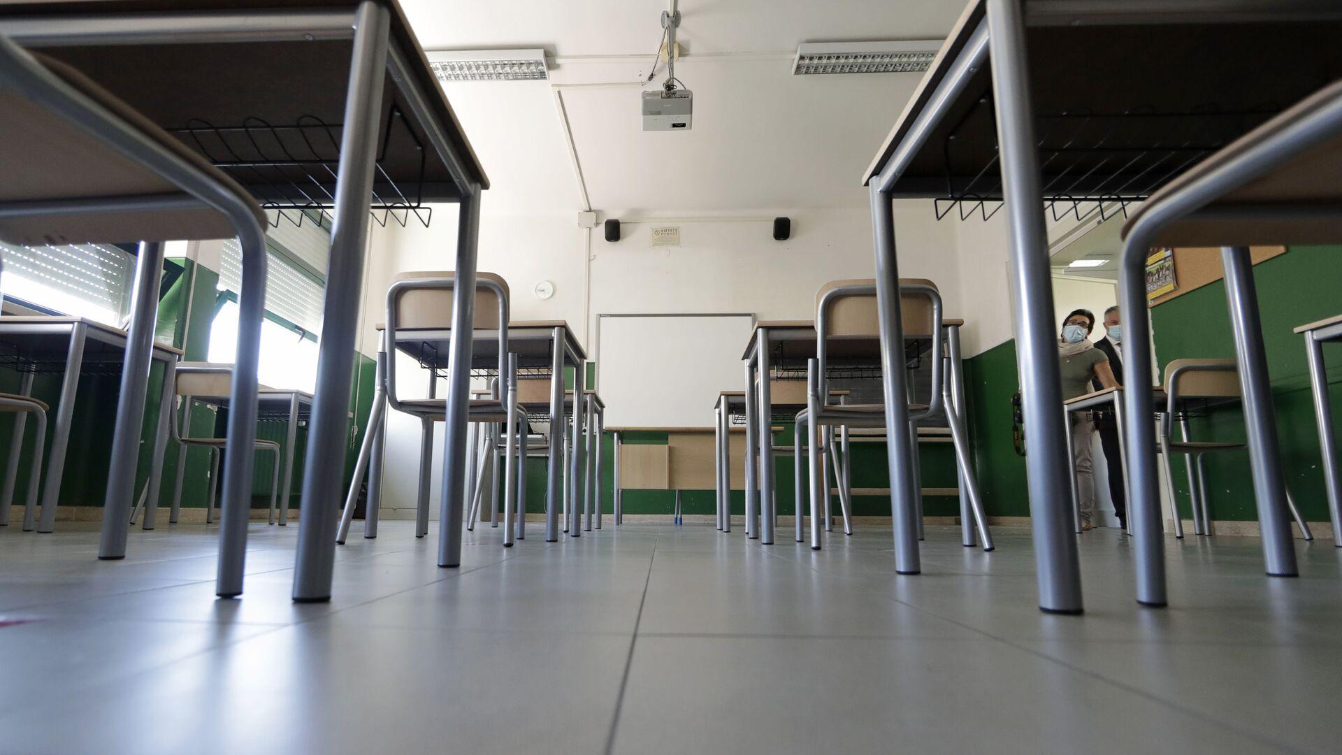 Una scuola con banchi a Roma, Italia - Sputnik Italia, 1920, 16.09.2021