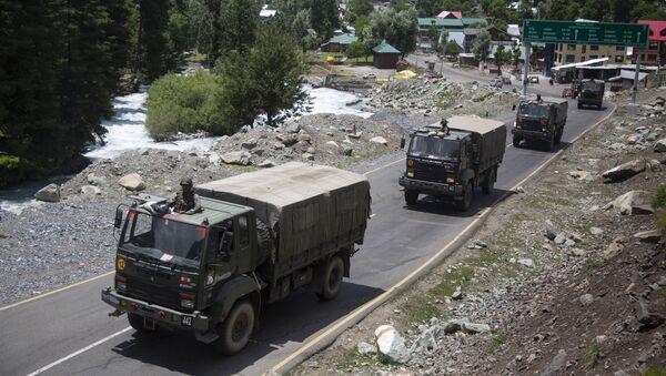 Veicoli militari delle forze armate indiane in Ladakh - Sputnik Italia