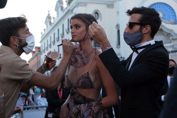 La supermodella Taylor Hill partecipa alla cerimonia di apertura della 77° Mostra Internazionale del Cinema di Venezia a Venezia, Italia, 2 settembre 2020. - Sputnik Italia