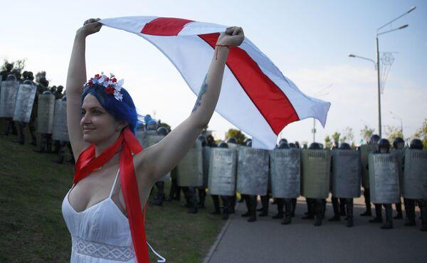 Partecipante a una protesta dell'opposizione a Minsk, Bielorussia - Sputnik Italia