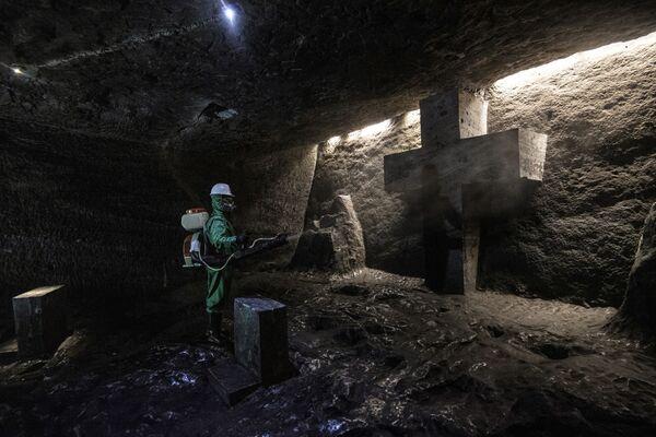 Un operaio disinfetta la Cattedrale di sale di Zipaquira, una chiesa sotterranea costruita in una miniera di sale, a Zipaquira, 45 km a nord di Bogotà, il 30 agosto 2020, durante la pandemia di coronavirus COVID-19 - Sputnik Italia