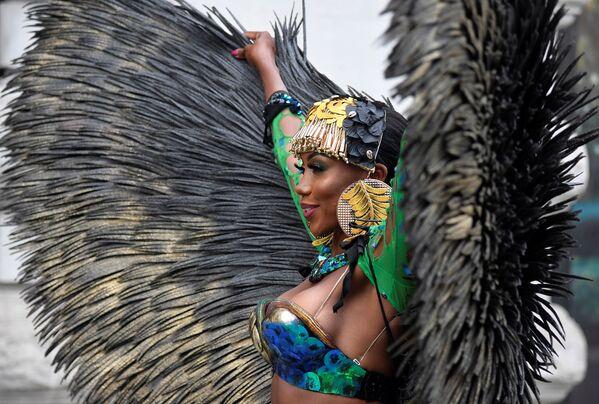 Una ballerina di soca caraibica mostra il suo costume mentre promuove il primo carnevale di Notting Hill digitale, in seguito alla cancellazione dei normali festeggiamenti del Carnevale a causa della continua diffusione della malattia da coronavirus (COVID-19), Londra, Gran Bretagna, il 28 agosto 2020. - Sputnik Italia