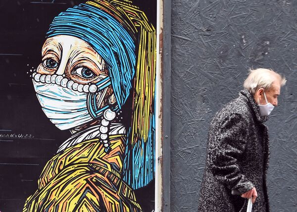 Graffiti con il dipinto di Jan Vermeer La ragazza con l'orecchino di perla in una mascherina protettiva - Sputnik Italia